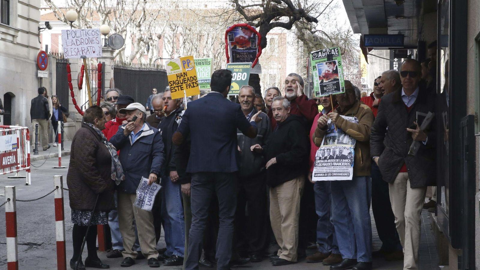 Foto: Afectados por las preferentes protestan ante la Audiencia Nacional por el uso de las tarjetas opacas de Caja Madrid. (EFE/Javier Lizón)
