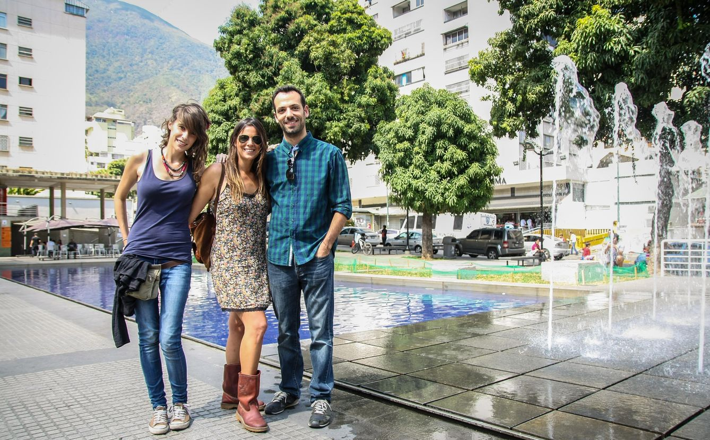 Foto: Los españoles Raquel López, Isa Pérez y Luis Medel posan en Caracas (Víctor Amaya).