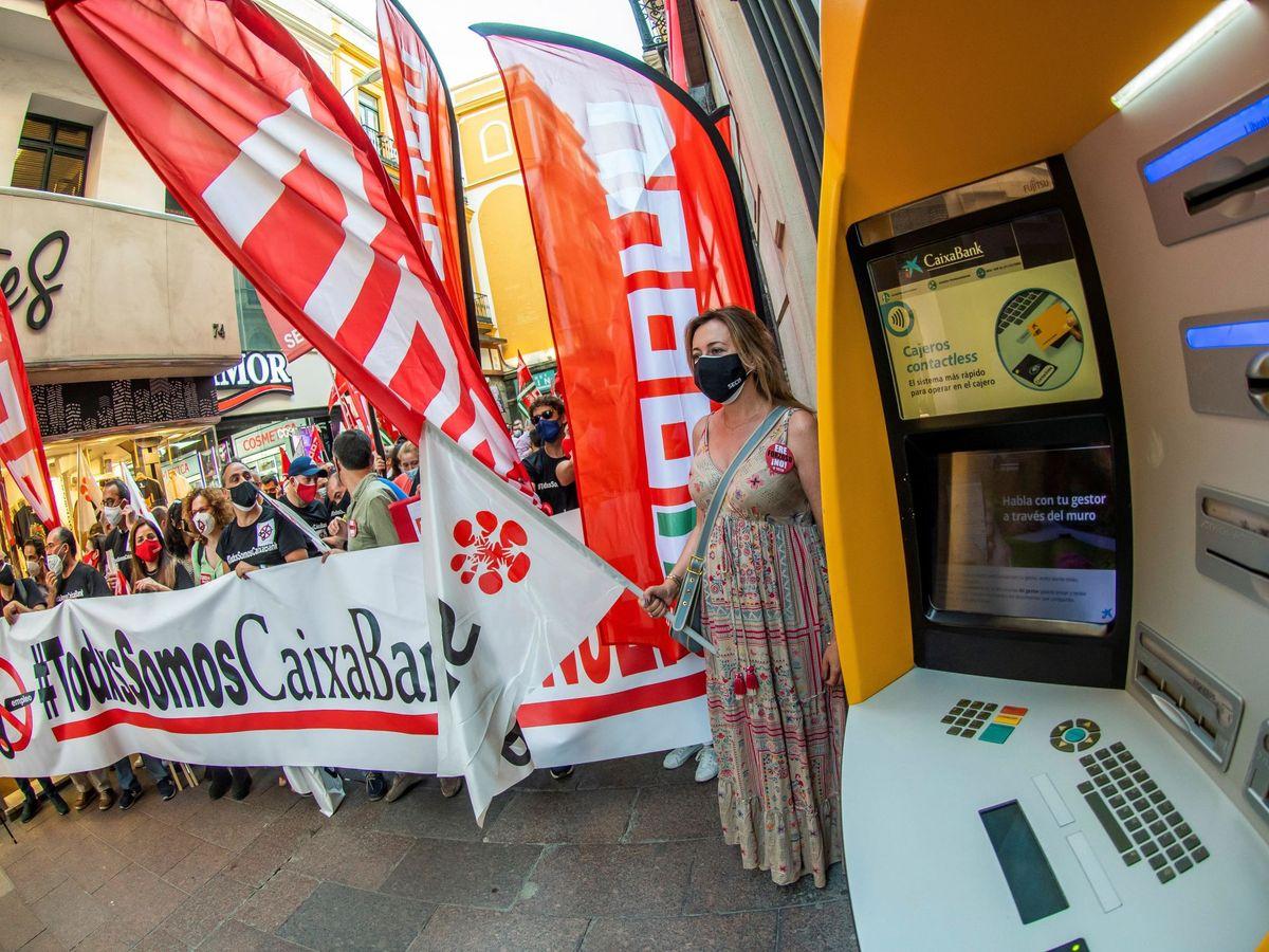 Foto: Manifestación de los sindicatos de CaixaBank. (EFE)