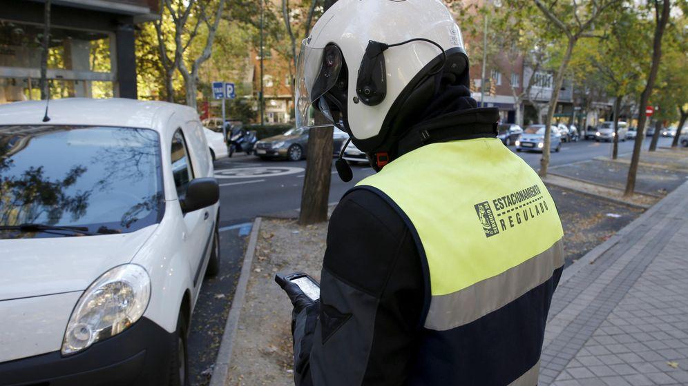 Foto: Un controlador del SER sanciona a un conductor en el Paseo de la Castellana. (EFE)
