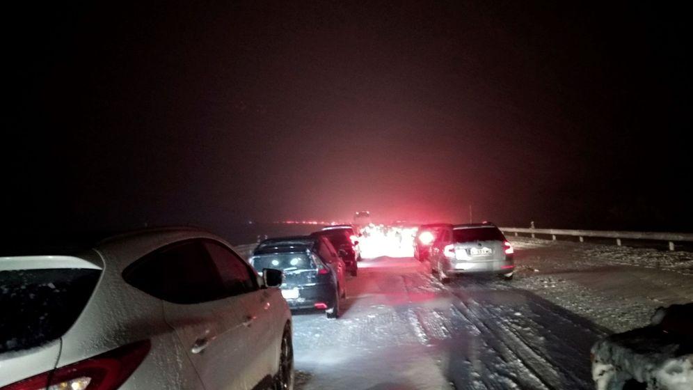 Foto: Coches atrapados por la nieve en AP-6. (EFE)