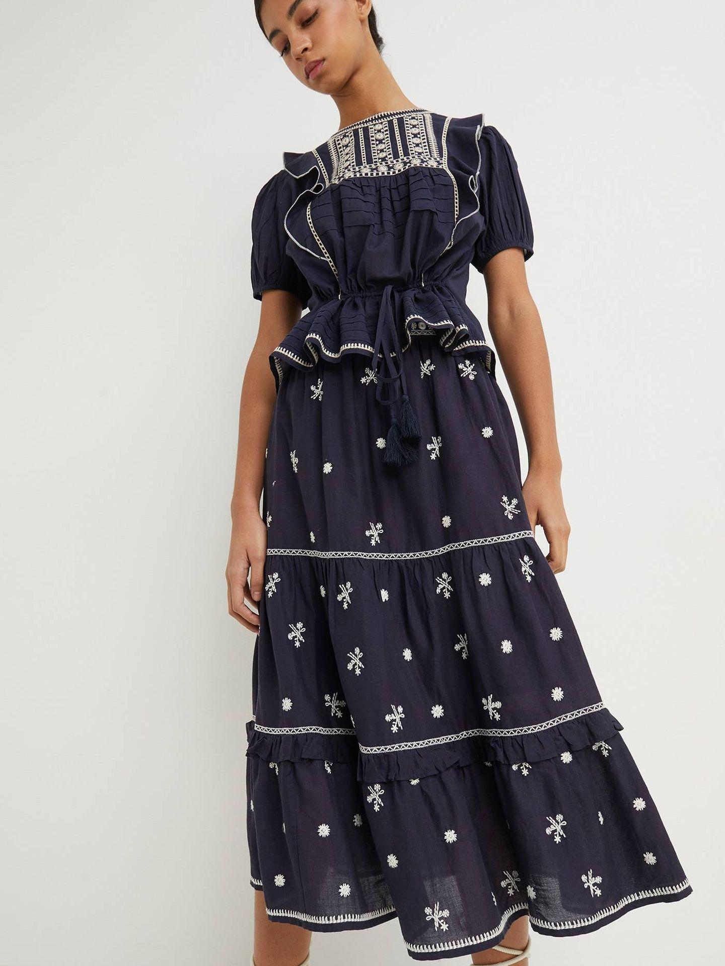 Conjunto de falda y blusa bordada de Sfera. (Cortesía)