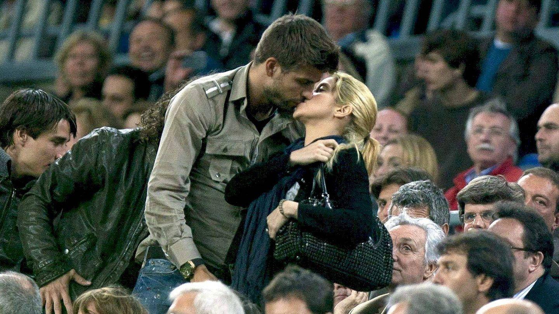 El jugador del Barça Gerard Piqué y la cantante colombiana Shakira durante un encuentro del equipo blaugrana en el Camp Nou. (EFE/Alejandro García)