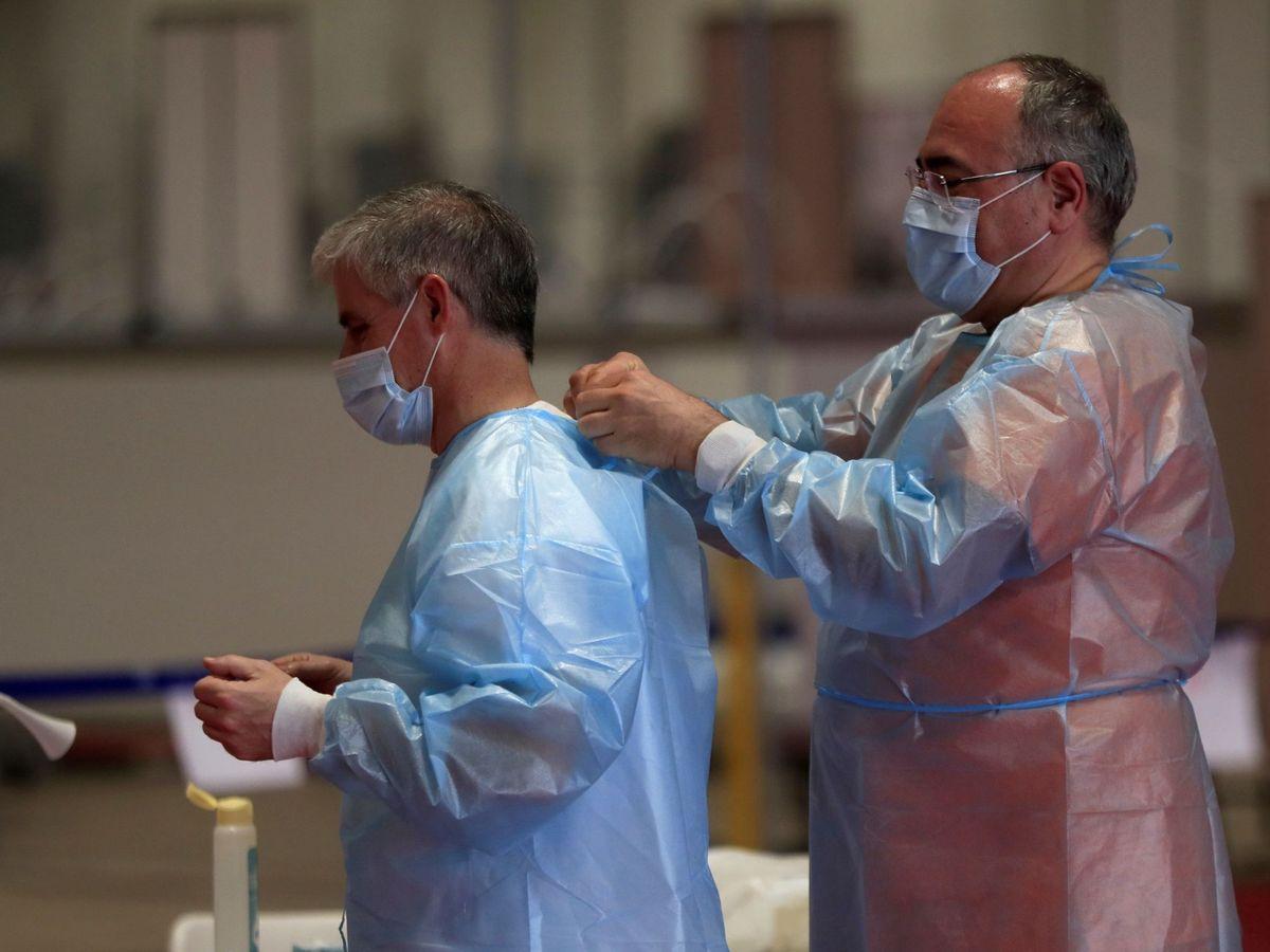 Foto: El sacerdote-médico Juan Jolín acude al hospital de campaña de Ifema (EFE)