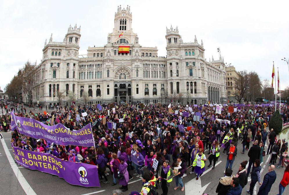 Foto: Manifestación del 8-M a su paso por el Ayuntamiento de Madrid. (EFE)