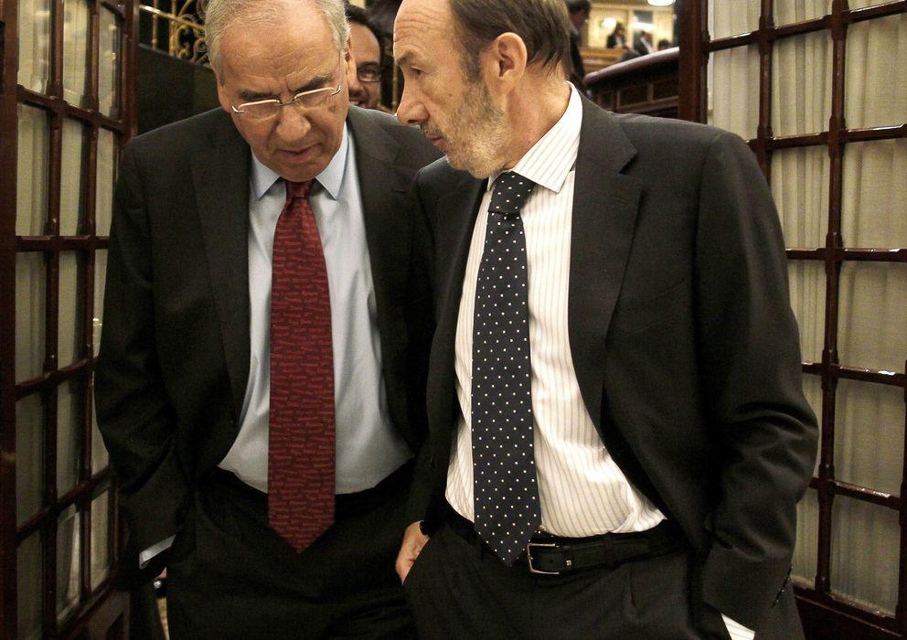 Foto: Alfredo Pérez Rubalcaba, conversa con el diputado socialista Alfonso Guerra en una imagen de archivo (Efe)
