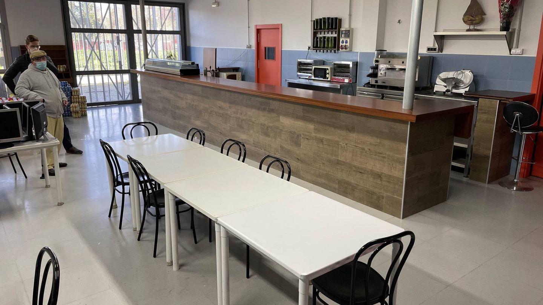 Recreación de un bar en el aula de hostelería de la Fundación Don Bosco. (J. L. Losa)