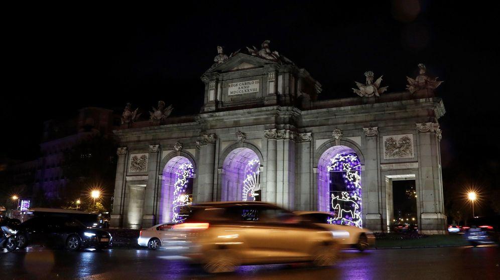 Foto: Naviluz recorre algunas de las calles más emblemáticas de Madrid decoradas para la Navidad (EFE/Ballesteros)
