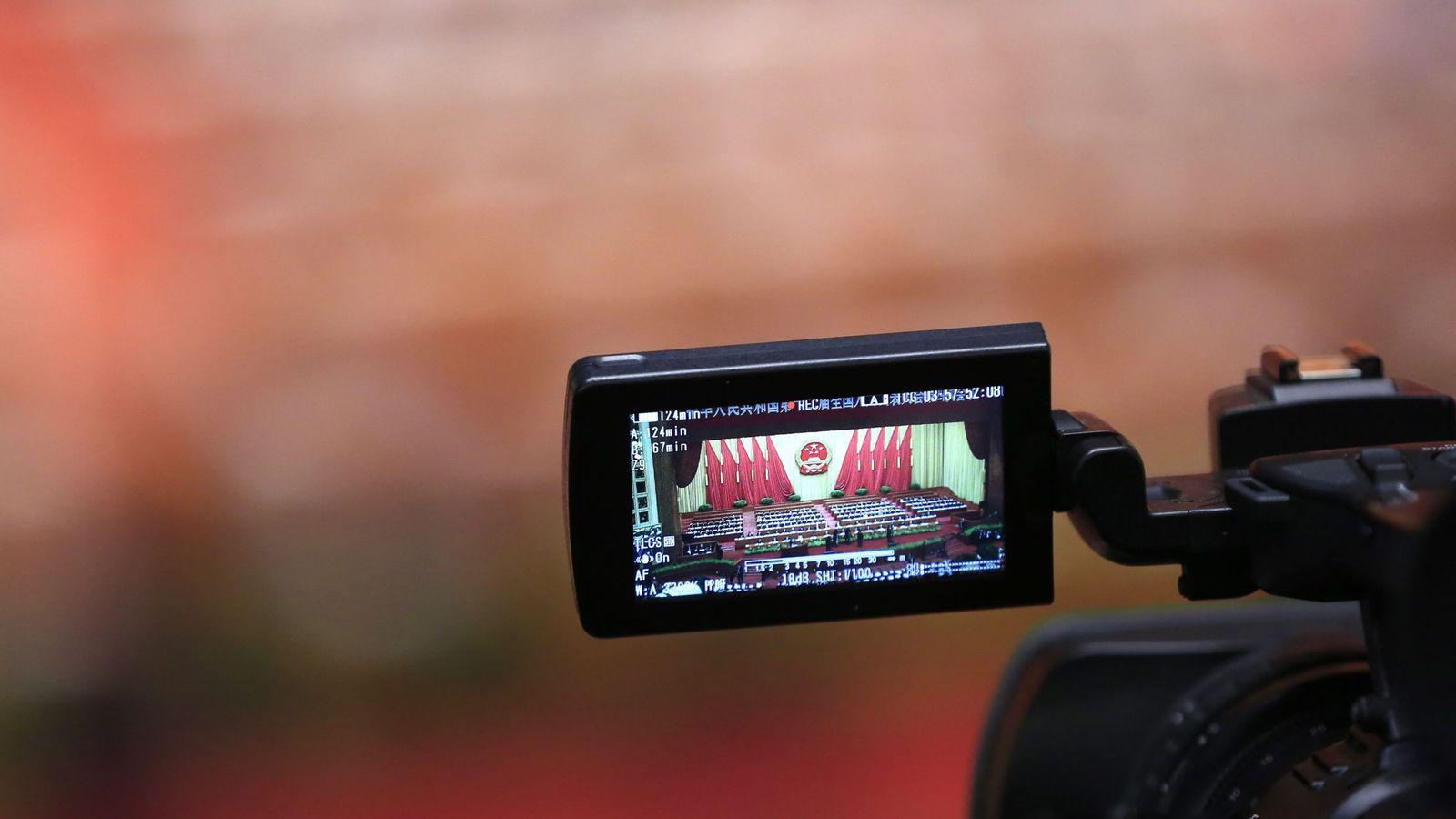 Foto: Una cámara de vídeo grabando el Congreso Popular Nacional en China (EFE)