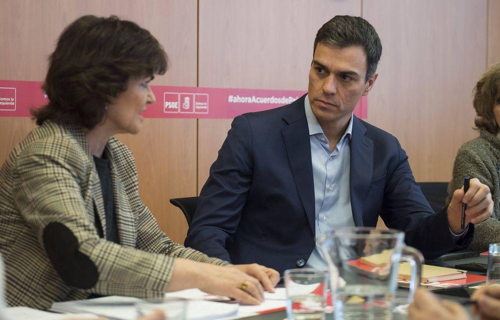 Foto: Pedro Sánchez, junto con la secretaria de Igualdad de la ejecutiva federal, la exministra Carmen Calvo, este 2 de febrero  en Ferraz. (Borja Puig | PSOE)