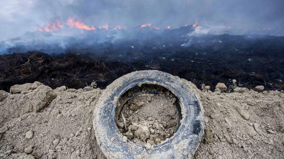 Foto: El incendio en 2016 del mayor vertedero de neumáticos de Europa (ilegal desde 2003) fue una catástrofe medioambiental en la historia de España. (EFE)