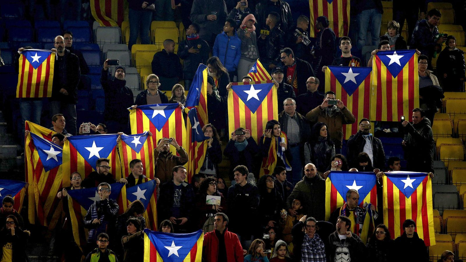 Foto: 'Esteladas' durante el Cataluña-Euskadi del pasado mes de diciembre (Efe).