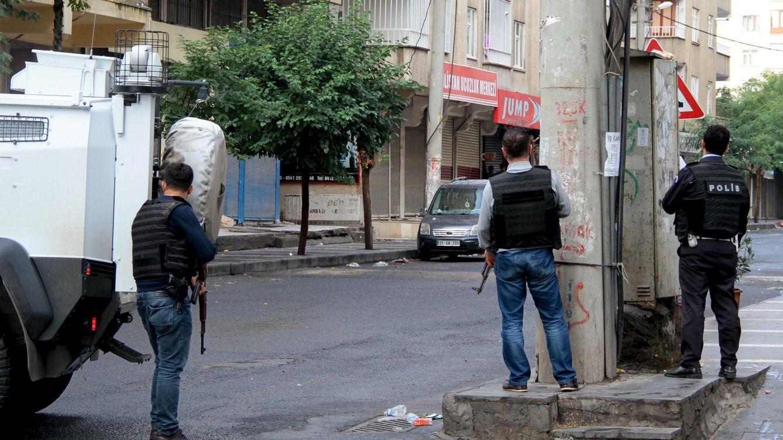 Foto: Miembros de las fuerzas especiales de la policía turca durante la operación antiterrorista en Diyarbakir, sureste de Turquía (Reuters)