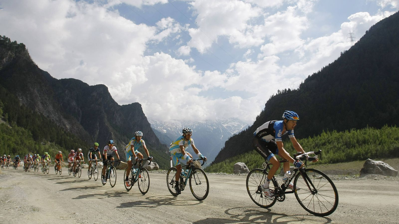 Foto: Garmin-Barracuda's Ryder Hesjedal of Canada leads the pink jersey pack as they cycle during the 219km (136 miles) 20th stage of the Giro d'Italia