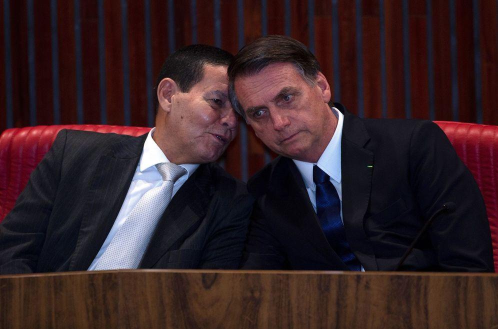 Foto: El presidente Jair Bolsonaro y el vicepresidente electo brasileño y general en la reserva, Hamilton Mourao. (EFE)