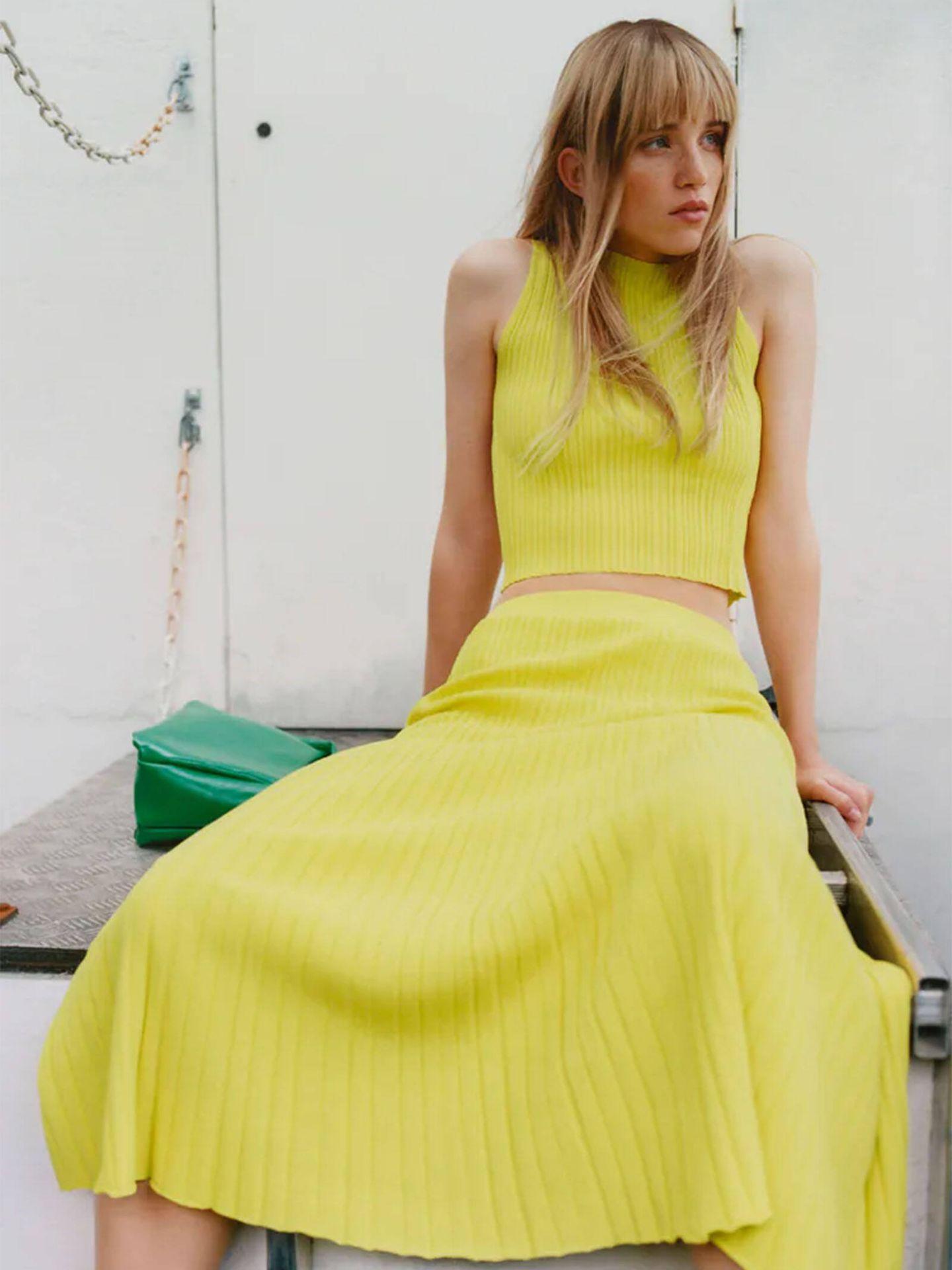Falda midi plisada de Zara. (Cortesía)