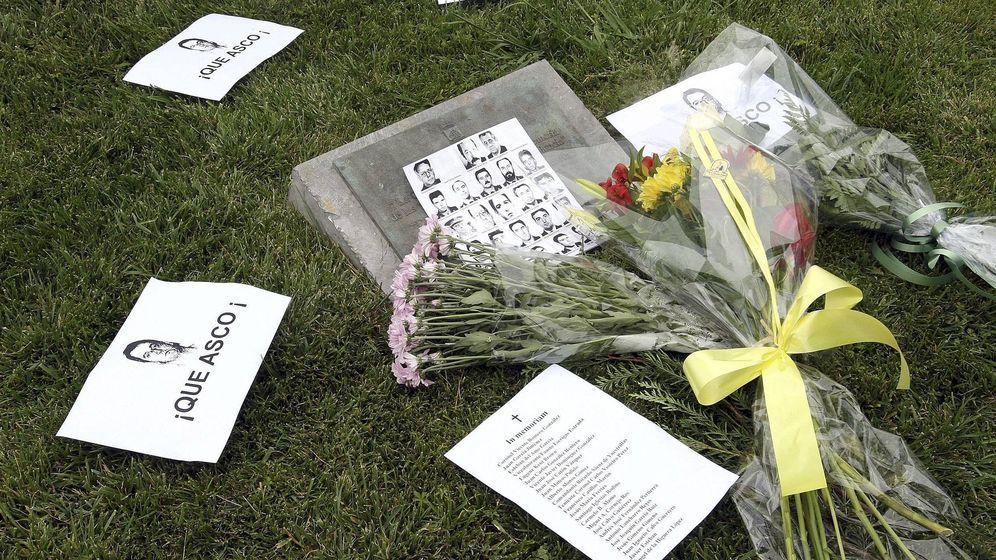 Foto: Flores y octavillas en una concentración convocada por la Asociación Dignidad y Justicia contra la puerta en libertada del etarra De Juana Chaos. (EFE)