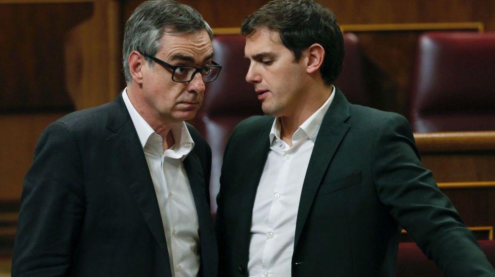 Foto: El líder de Ciudadanos, Albert Rivera (d) conversa con el vicepresidente de la formación, José Manuel Villegas, durante el pleno del Congreso. (EFE)