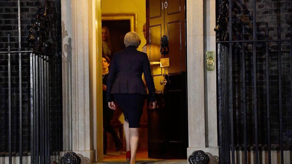Foto: La primera ministra británica, Theresa May, vuelve al número 10 de Downing Street después de hacer una declaración. (Reuters)