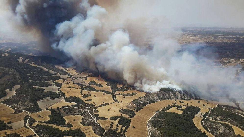 Foto: Un incendio amenaza a la sierra de Alcubierre en Zaragoza. (EFE)