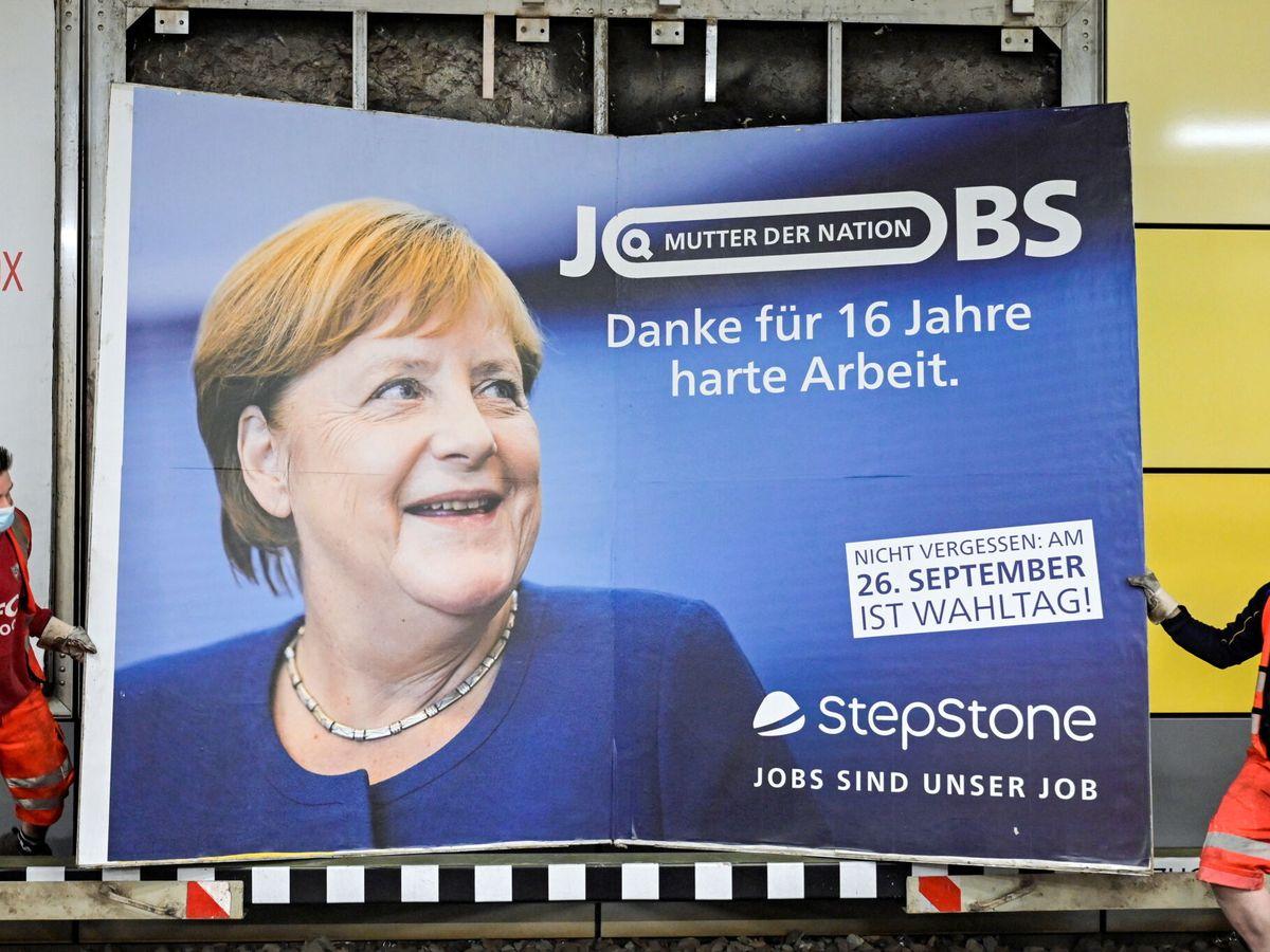 Foto: Retiran un cartel de Angela Merkel en Hamburgo. (Reuters)