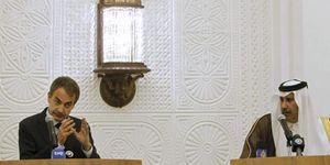 Zapatero persigue la foto en Túnez mientras envía a Moratinos a Cuba