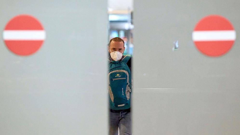Foto: Un viajero en su llegada al aeropuerto de El Prat de Barcelona. (EFE)