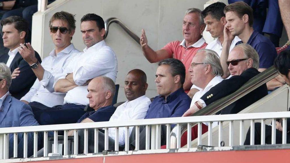 Foto: Johan Cruyff junto a Van der Sar, Overmars, Wim Jonk, Bruin Slot y Aron Winter