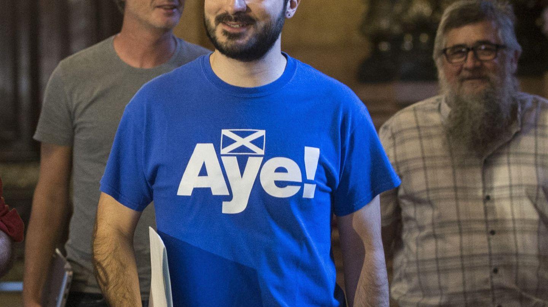 Albert Botran y una de sus originales camisetas. (EFE/Quique García)