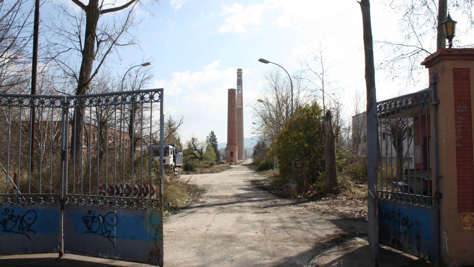 Foto: En el suelo de la antigua papelera, cerrada en 2009, irá una terminal de contenedores. (R. M.)