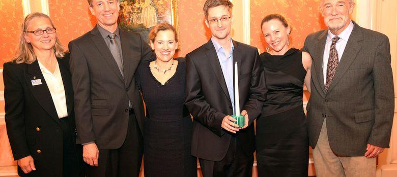 Foto: Edward Snowden recibe el premio Sam Adams.