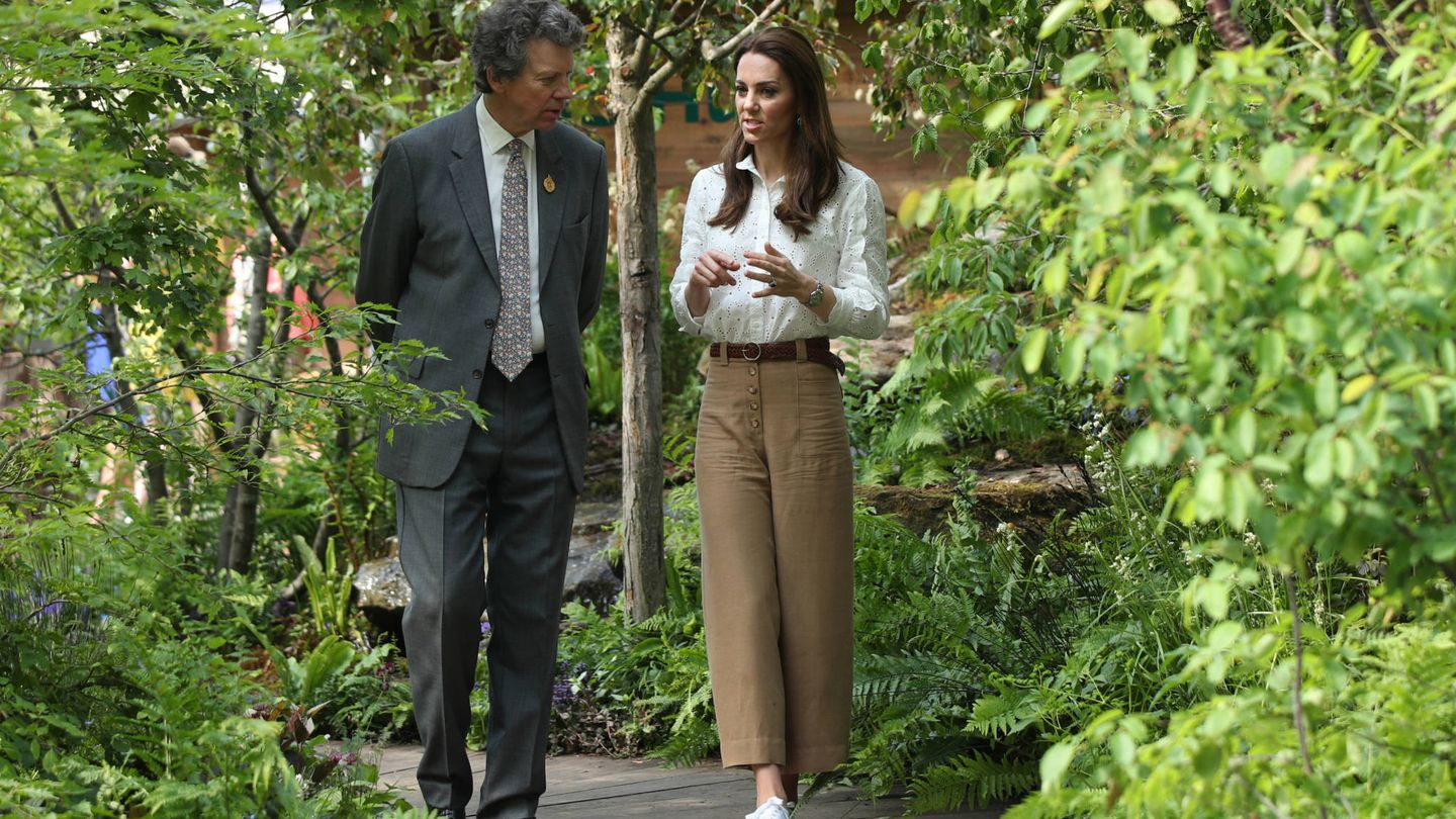 LONDON, UNITED KINGDOM - MAY 20: Catherine, Duchess of Cambridge with Sir Nicholas Bacon, chairman of the  Royal Horticultural Society, at the RHS Chelsea Flower Show at the Royal Hospital Chelsea on May 20, 3019 in London, United Kingdom. (Photo by Yui Mok – WPA Pool/Getty Images)