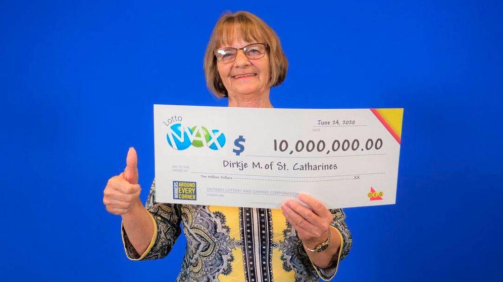 Foto: Dirkje McKay, de 69 años, con su cheque de 10 millones de dólares (Foto: Ontario Lottery)