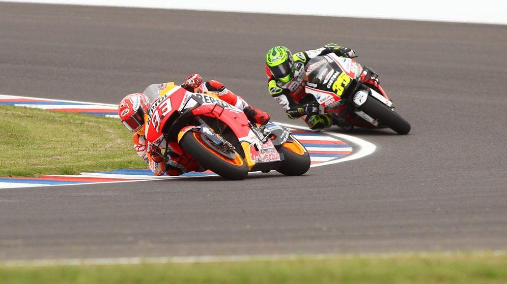 Foto: Crutchlow persigue a Márquez durante los libres del GP de Argentina. (EFE)