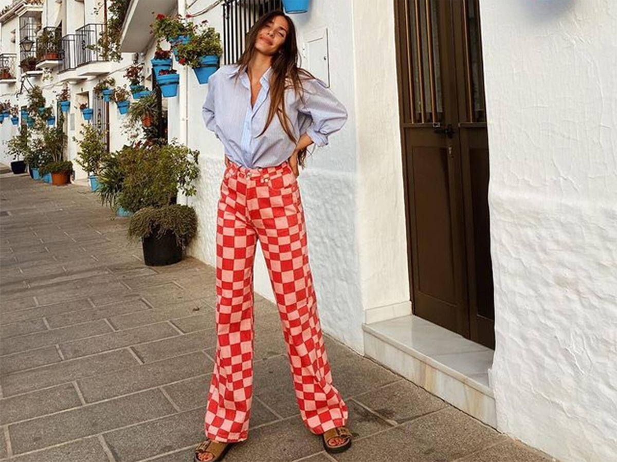 Foto: Ana Moya posa en sus redes sociales con pantalones de cuadros de Zara. (Instagram @anamoyacalzado)