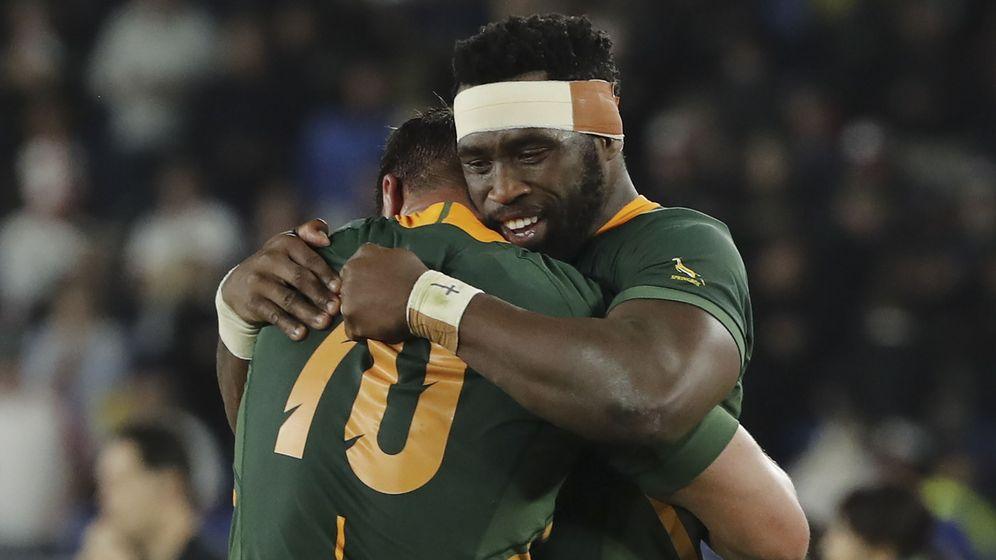 Foto: Siya Kolisi (d), con la camiseta de los Springboks, celebra el título junto a Pollard (i). (Reuters)