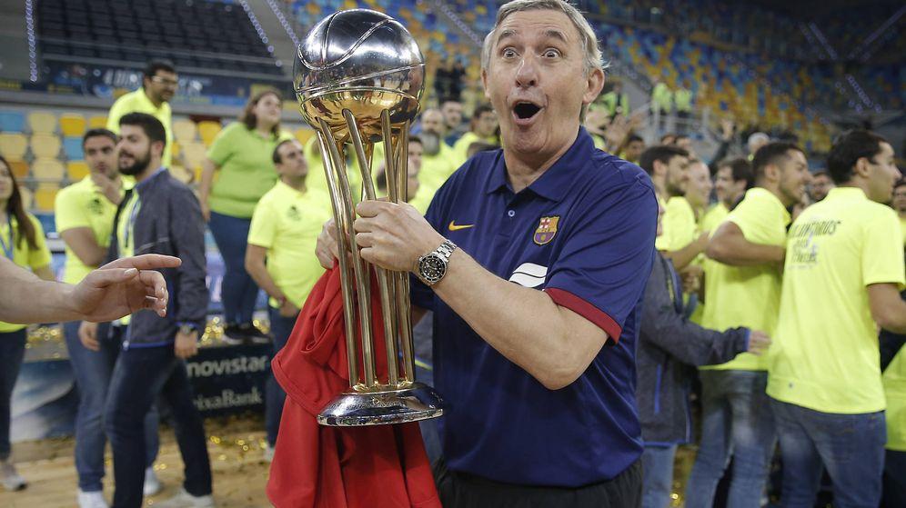 Foto: Svetislav Pesic posa con el trofeo de la Copa del Rey en el parqué del Gran Canaria Arena. (ACB Photo)