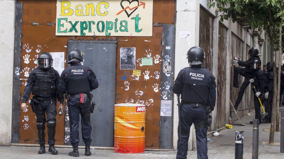 Foto: Los Mossos d'Esquadra entran en el llamado 'Banco Expropiado' para desalojar a los okupas. (EFE)