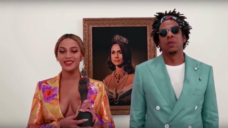Beyoncé y Jay-Z recogiendo su Brit Award, con la imagen de Meghan Markle al fondo. (Youtube)