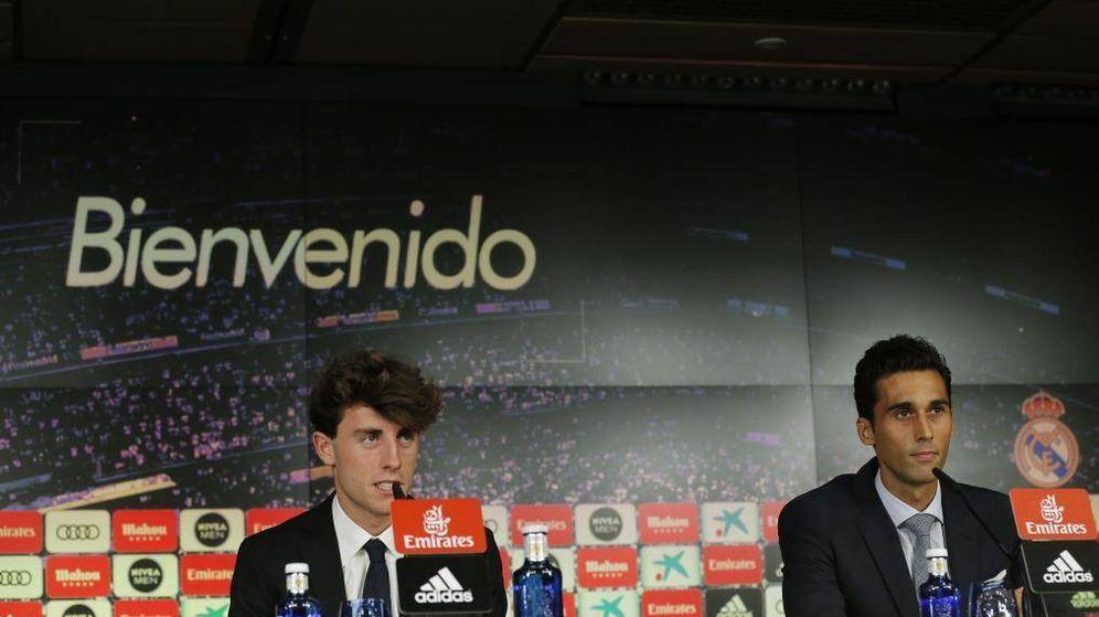 Foto: Álvaro Odriozola y Álvaro Arbeloa, durante la presentación del donostiarra. (EFE)