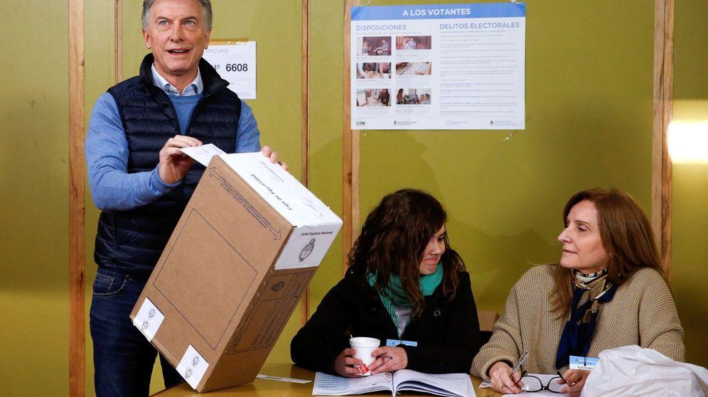 Foto: El presidente de Argentina, Mauricio Macri, vota en uno de los centros de votación asignados para las elecciones primarias en la ciudad de Buenos Aires. (EFE)