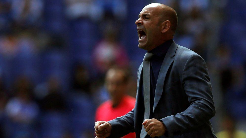 Foto: Paco Jémez, a gritos, durante un partido para dar instrucciones a los jugadores. (Efe)