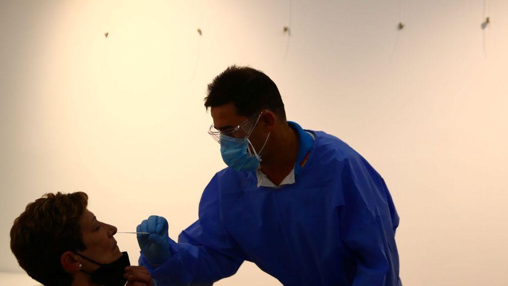 Foto: Un profesional sanitario realiza una prueba de antígenos de la enfermedad coronavirus en un centro cultural del barrio de Vallecas (Madrid). (Reuters)