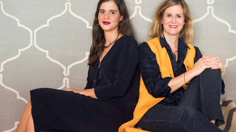 Las hermanas Montero delante de una de sus alfombras.