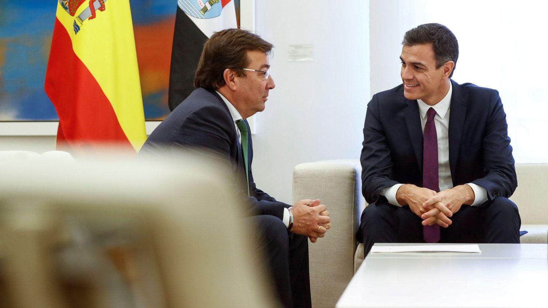 Pedro Sánchez y el presidente de la Junta de Extremadura, Guillermo Fernández Vara, en el palacio de la Moncloa. (EFE)