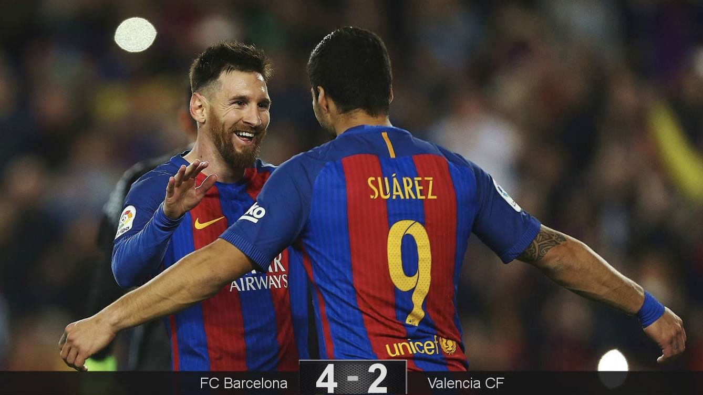Foto: Messi celebra con Suárez uno de sus dos goles. (Reuters)