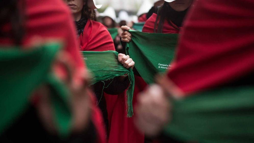 Foto: Manifestantes vestidas como 'El cuento de la criada' en 'La ola verde'. (Caramel)
