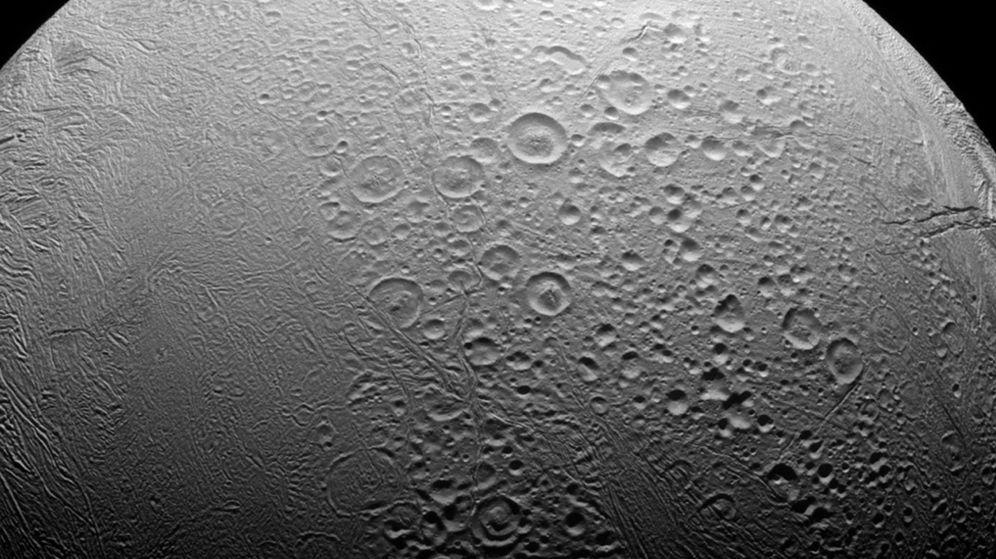 Foto: Encélado, una de las lunas de Saturno, contiene un océano de agua líquida bajo su superficie helada (Foto: Reuters)