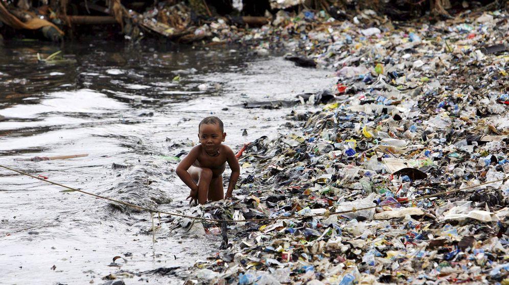Foto: Un niño juega en una playa contaminada en Yakarta. (EFE)