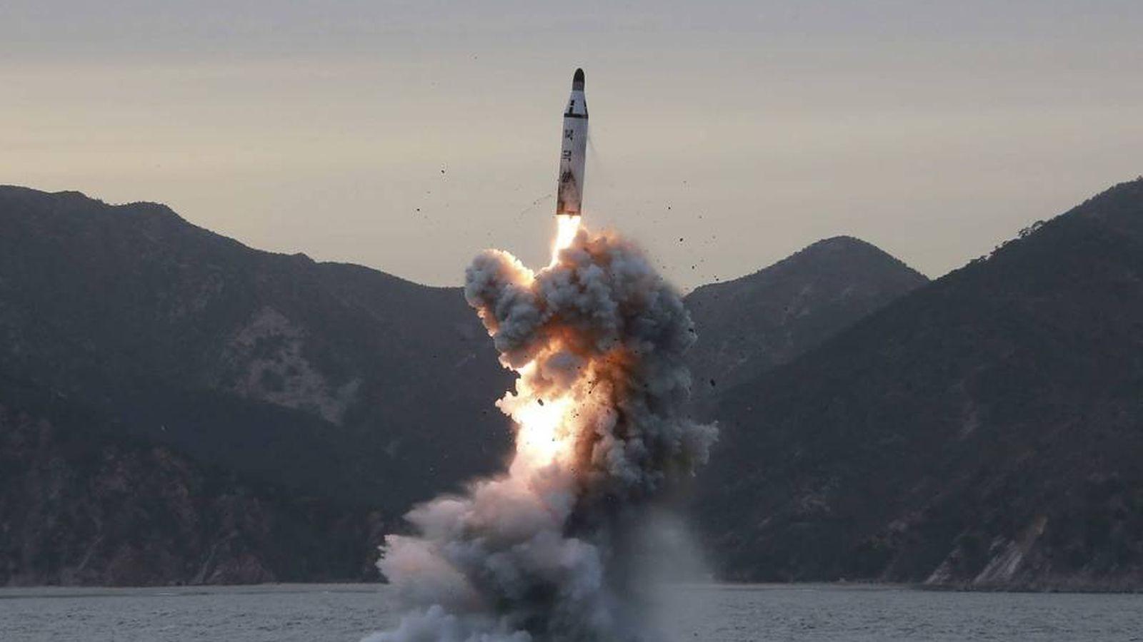 Foto: Fotografía de archivo del lanzamiento de un misil balístico realizado por Corea del Norte. (EFE)